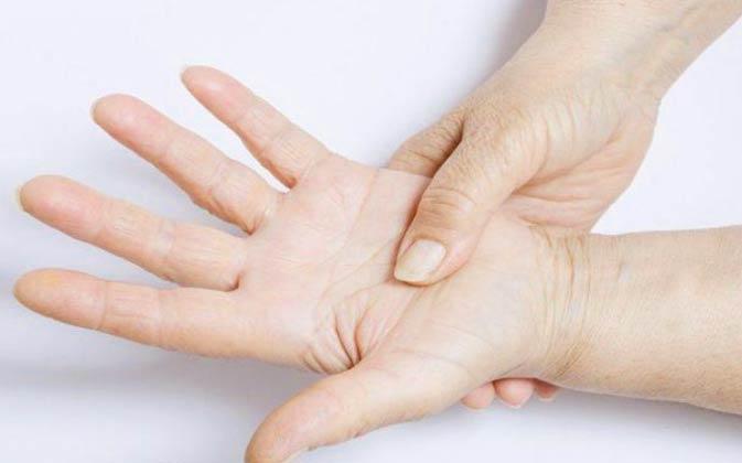 Почему немеют пальцы рук: причины и лечение. Онемение пальцев левой и правой руки ночью, при беременности, потеря чувствительности