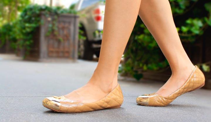 Обувь без каблука - одна из причин боли в пятке
