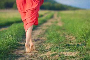 Ходьба по траве и камням
