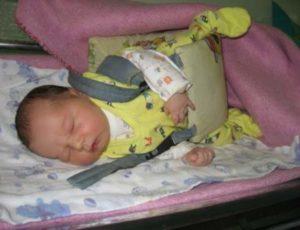 Ребенок спит в корсете для ножек